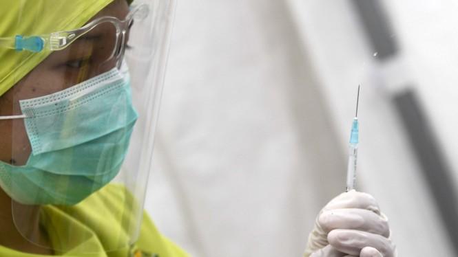 Penyuntikan Vaksinasi Covid-19 Untuk Tenaga Medis